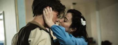actors playing Romeo & Juliet kissing